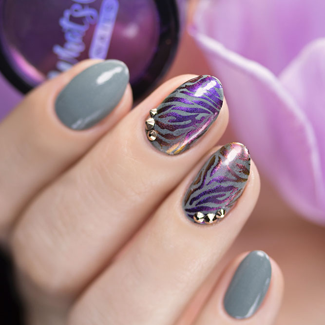Lovely Zebra Print Nails Using Chrome Powder #chromenails #stripednails #ovalnails #rhinestonesnails